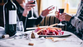 Kanskje folk i øvre sosiale lag oftere drikker til maten. Det kan være sunnere enn å drikke på tom mage. (Foto: Shutterstock/NTB scanpix)