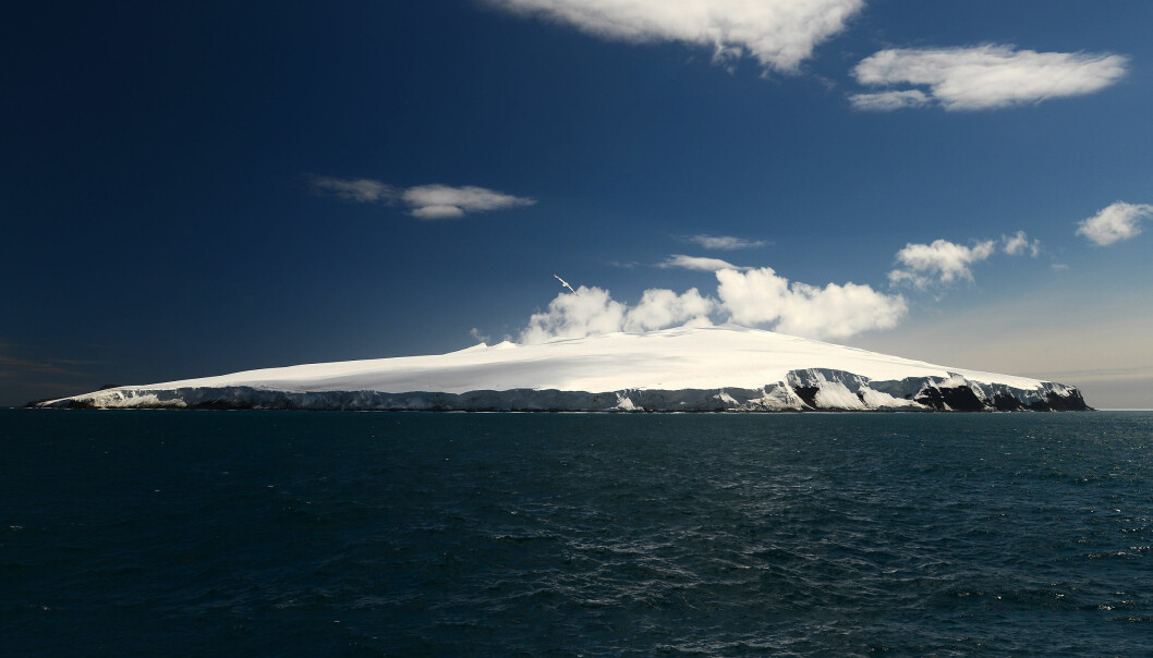 Bouvetøya er ei øy i Sør-Atlanteren som regnes som verdens mest avsidesliggende ubebodde øy. Nærmeste fastland er Dronning Maud Land i Antarktis, omkring 1 700 kilometer mot sør. Om lag 95 prosent av øya er dekt av is, og øya er ofte tildekket av tykk tåke, dette bildet er derimot tatt på en godværsdag. (Foto: Marius Bratrein / Norsk Polarinstitutt)
