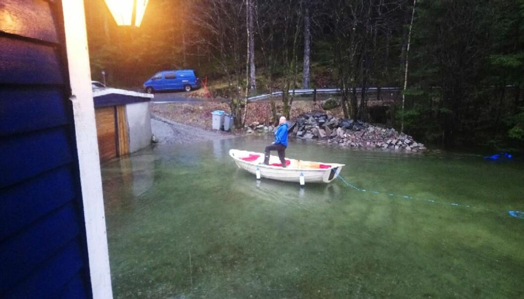 Haavald Roald i Hausdalen var glad han flyttet bilene bort fra tunet før båt ble eneste mulige framkomstmiddel lille julaften. Mye nedbør på Vestlandet førte til flom og vannskader. (Foto: privat, NTB scanpix)