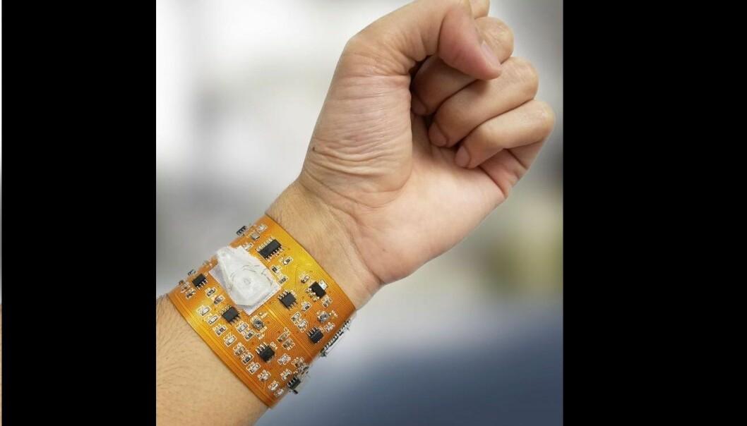 Foreløpig er armbåndet et bøyelig kretskort med sensorer og trådløs datasender. [Foto: Abbas Furniturewalla / Rutgers University]