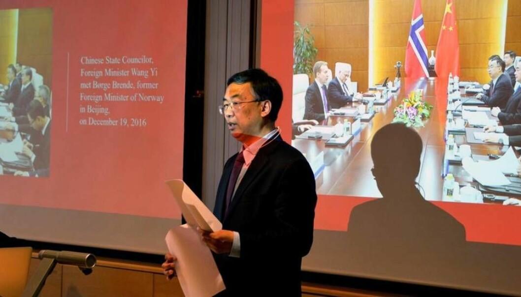 Kinas ambassadør Wang Min besøkte Universitetet i Agder i april i år, samtidig med den norske UH-delegasjonens besøk i Kina. (Foto: Magnus Nødland Skogdal / UIA)