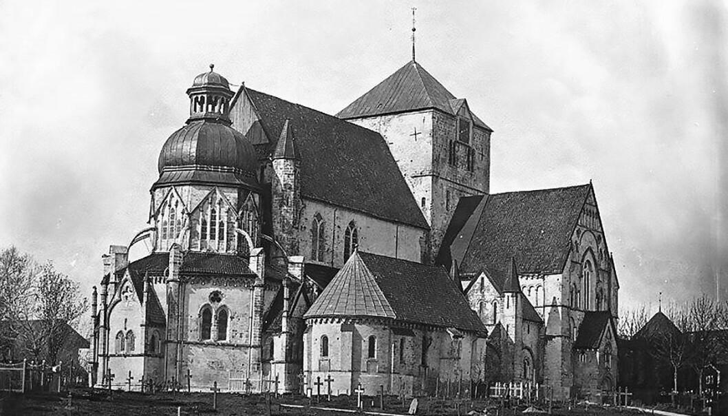 Dette er det eldste kjente fotografi av Nidarosdomen. Bildet er tatt i 1857, før den siste store restaureringen begynte. Oktogonen til venstre har en barokk kuppel som ble bygget etter brannen i 1719. Fotografens navn er ukjent.  (Foto: Utlånt fra NDR)