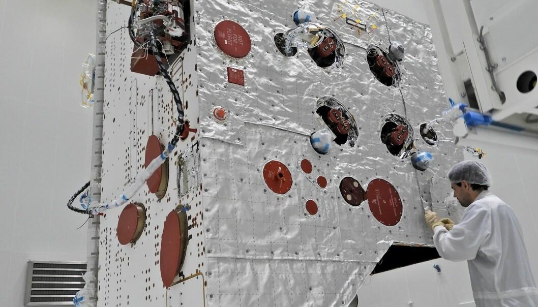 Her sys det varmebeskyttende teppet fast. (Foto: ESA / B. Guillaume)