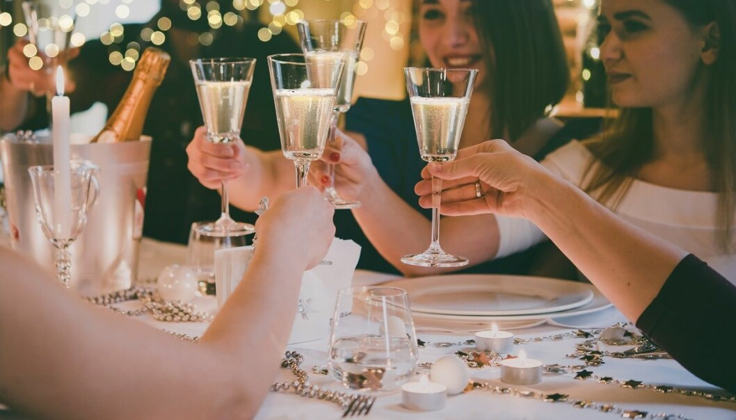 Det er ulogisk å tenke seg at det vil ha dramatiske konsekvenser om du drikker et glass sammen med ungdommen en ytterst sjelden gang, sier rusforsker Hilde Pape. Det er først når dette skjer ofte, og kanskje av grunner som viser uheldige trekk ved foreldrene og rollen deres, at det kan knyttes til mye alkoholdrikking blant ungdom, ifølge en ny studie hun og en kollega har gjort. (Foto: Yulia Grigoryeva / Shutterstock / NTB scanpix)