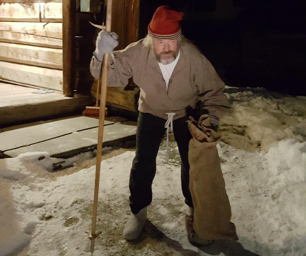 Labbeleste lusket rundt husene hos folk i Gudbrandsdalen på lille julaften. Han ligner på mange andre skikkelser folk før kunne få på besøk av rundt juletider i Norge før.  (Foto: Ole Jonny Bekkemellem)