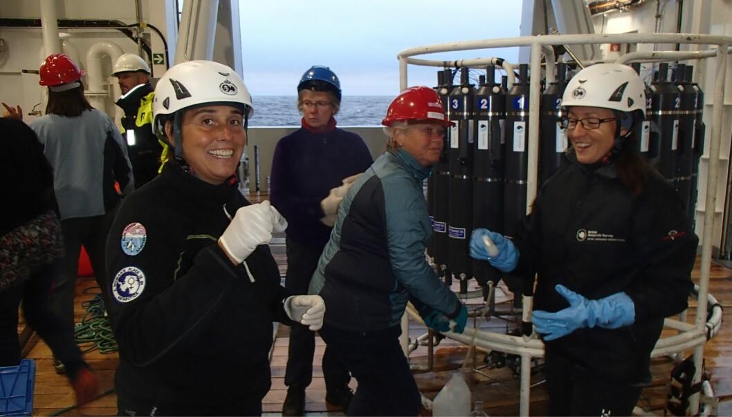 Melissa Chierici (t.v.) og Elizabeth Jones (t.h.) med hver sin vannprøve. (Foto: Agneta Fransson / Norsk Polarinstitutt)