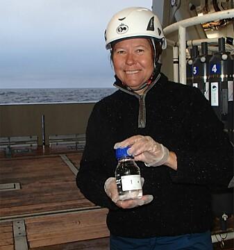 Agneta Fransson (NP) med den første vannprøven. (Foto: Melissa Chierici / Havforskningsinstituttet)