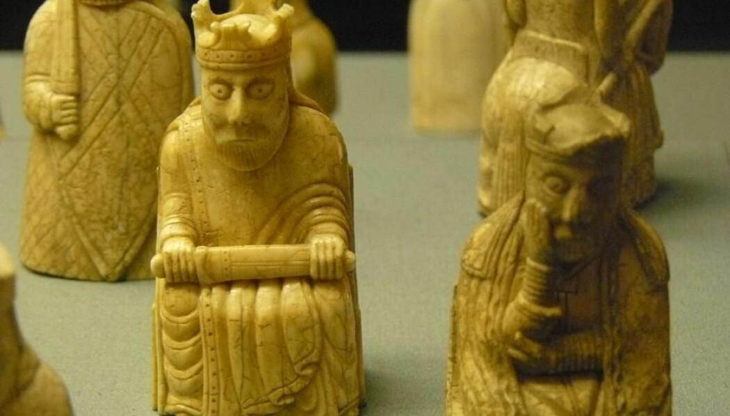 Lewis-brikkene er en samling sjakkbrikker fra middelalderen, og et av de mest berømte eksemplene på utskjæringer av hvalrosstann. (Foto: Wikimedia Commons / British Museum)
