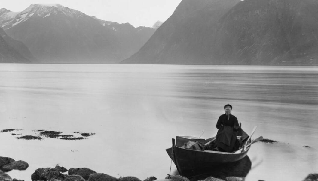 Pernille Maria Trulsdotter Sæbønes var ei av jordmødrene som bidrog til at stadig fleire spedbarn og fødande overlevde. Ho var jordmor i Hjørundfjord distrikt på Sunnmøre i 39 år. Biletet er tatt ein gong mellom 1885 og 1895. (Foto: Knud Knudsen, Universitetsbiblioteket i Bergen)
