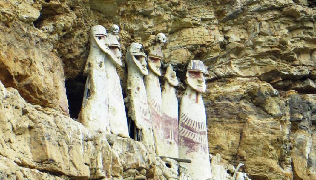 Folket som bodde i Chachapoyas laget disse sarkofagene i Karajía i Peru for mange hundre år siden. Stammer innbyggerne i området i dag fra dem? (Foto: Chiara Barbieri)