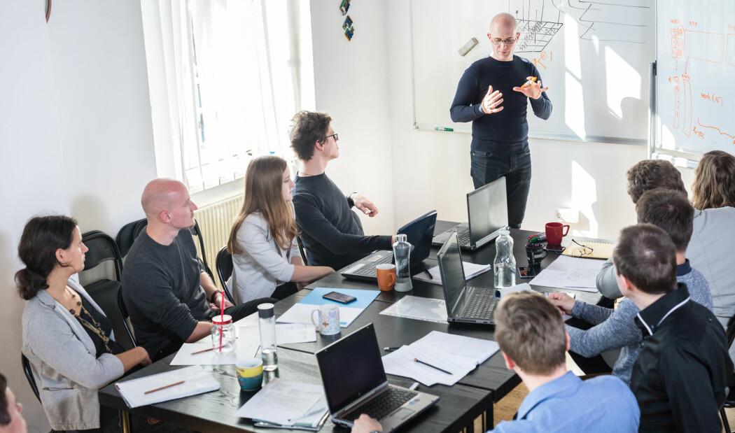 – Leiarane må skape rom for medarbeidarane til å innovere, dei må akseptere risiko og feil, og dei må gje medarbeidarane reelt ansvar, meiner forskar. (Illustrasjonsfoto: Shutterstock / NTB Scanpix)