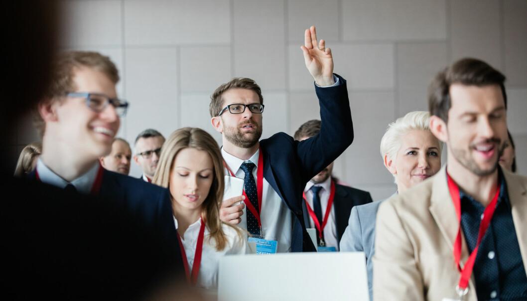 Tre nye studier viser det samme: menn stiller spørsmål etter akademiske foredrag oftere enn kvinner. (Illustrasjonsfoto: Shutterstock / NTB scanpix)