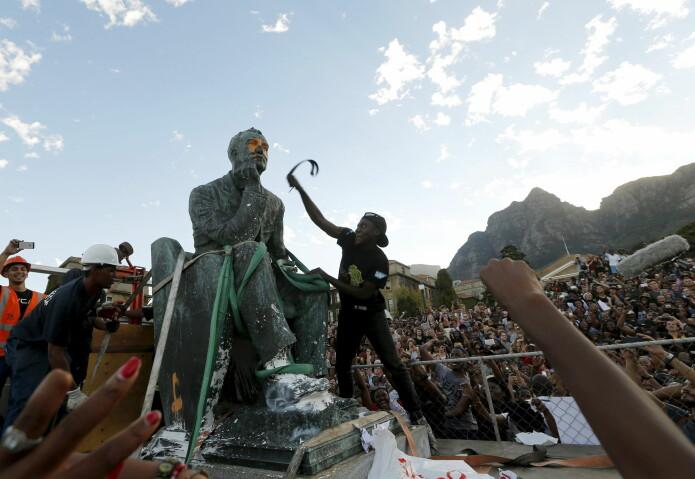 I 2015 ble statuen av imperialisten og gruvedriftsmagnaten Cecil John Rhodes fjernet fra University of Cape Town i Sør-Afrika. (Foto: Mike Hutchings / Reuters / NTB Scanpix)