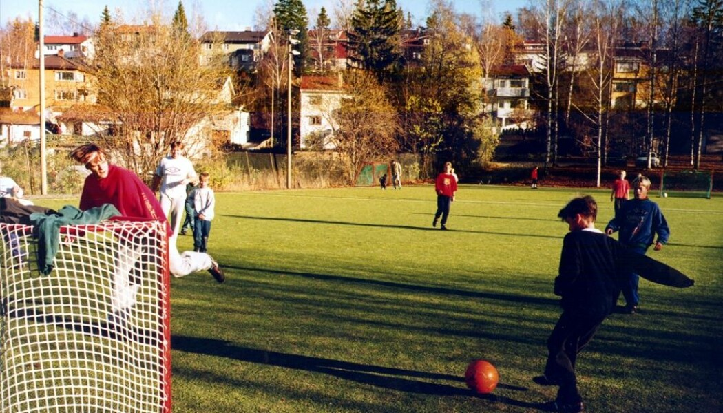 Færre barn i Norge leker ute uten voksne til stede. Nedgangen er størst i Oslo. Her spiller barn og unge løkkefotball i Oslo på 1990-tallet. Dette blir et stadig sjeldnere syn. (Foto: Jan Greve / NTB scanpix)