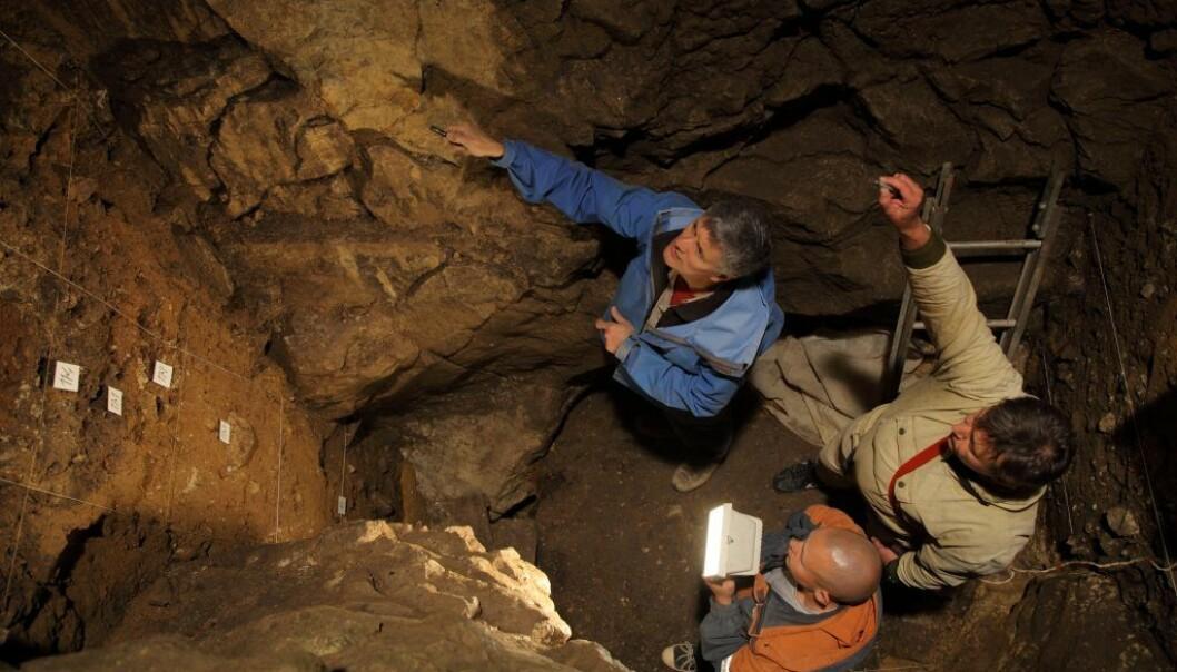 Tre av forskerne kikker på det østlige kammeret i Denisova-hulen i Russland. Flere knokler som er funnet her stammer fra menneskearten denisovaner. (Foto: IAET SB RAS, Sergei Zelensky)