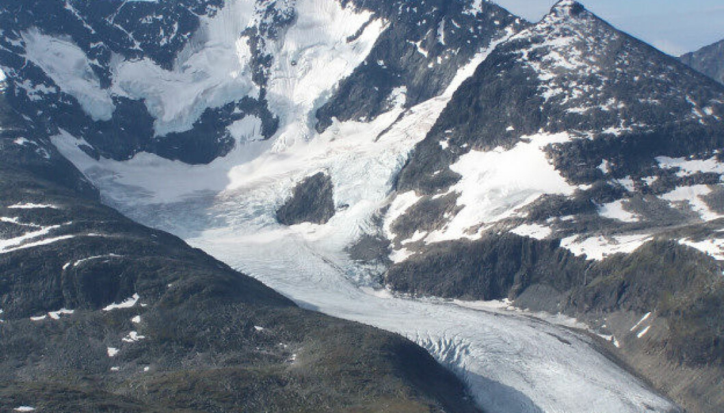 Forskerne har sett hvordan det går med bakteriene som bor under isen på Styggedalsbreen når den krymper.  (Foto: Tore Røraas / Wikimedia Commons / CC 3.0)