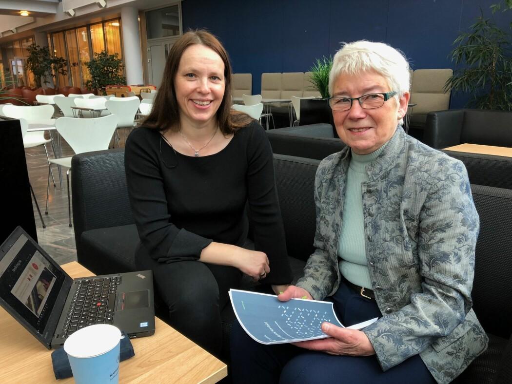 : Forsker Inger Marie Holm og pensjonist Bitten Barman-Jenssen er enige om at eldre kan få stort utbytte av å bli kjent med teknologi, men at de må hjelpes på veien. (Foto: Mali A. Arnstad)