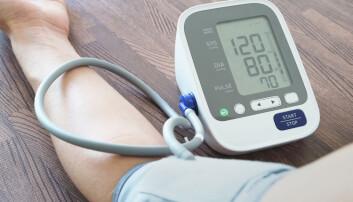 120 over 80 er normalt blodtrykk. Mer enn 140 over 90 er definert som for høyt blodtrykk. Høyt blodtrykk kan ha mange årsaker: stillesittende liv, fedme, stress, mye salt, røyking, alkohol og arvelighet. Men finnes det også andre ukjente årsaker?  (Foto: Seasontime / Shutterstock / NTB scanpix)