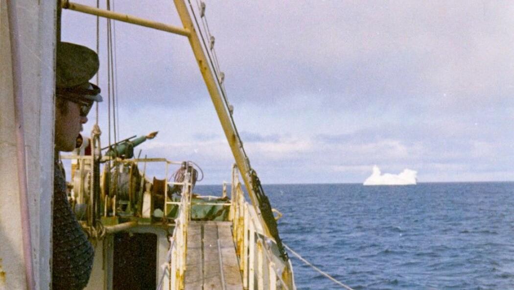 Åsmund Bjordal fant notatet fra 1971, hvor forskere hadde oppdaget en hval med plast i magen. Bjordal hadde selv sommerjobb som hvalfanger utenfor kysten av Labrador i 1970. Dette bildet viser skytteren i rorhuset når «M/S Landkjenning» er ved Grønland. (Foto: Åsmund Bjordal)
