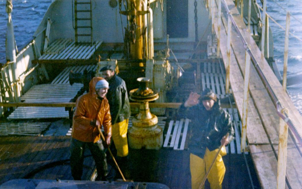 Dekksvask om bord på «M/S Landkjenning». Åsmund Bjordal, som i dag jobber som fagdirektør ved HI, er helt til venstre. (Foto: Åsmund Bjordal)