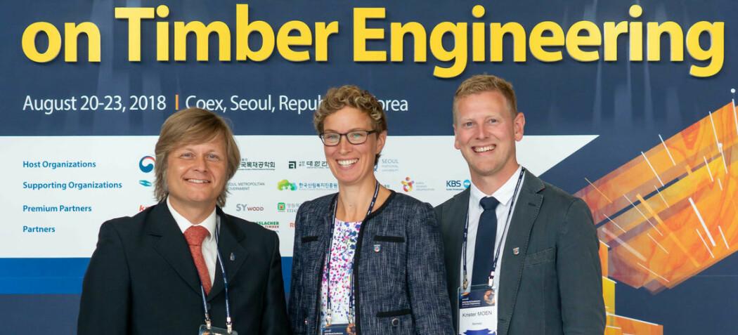 Fra venstre: Anders Q. Nyrud (NMBU), Kristine Nore (Splitkon) og Krister Moen (Innovasjon Norge) er i Seoul, Sør-Korea, for å konkurrere om å få verdens største konferanse for ingeniørkunst i tre til Oslo i 2022. (Foto: Knut Werner Lindeberg Alsén)