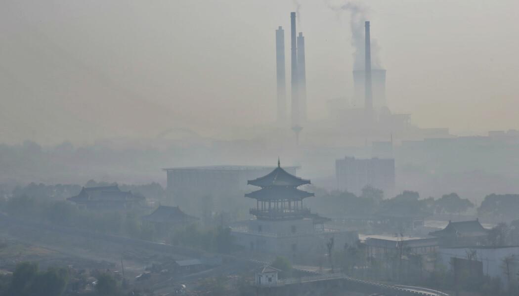 Den kinesiske byen Jiujiang innhyllet i smog. Nå peker forskning mot at forurensningen svekker evnen til å tenke. (Foto: humphery / Shutterstock / NTB scanpix)