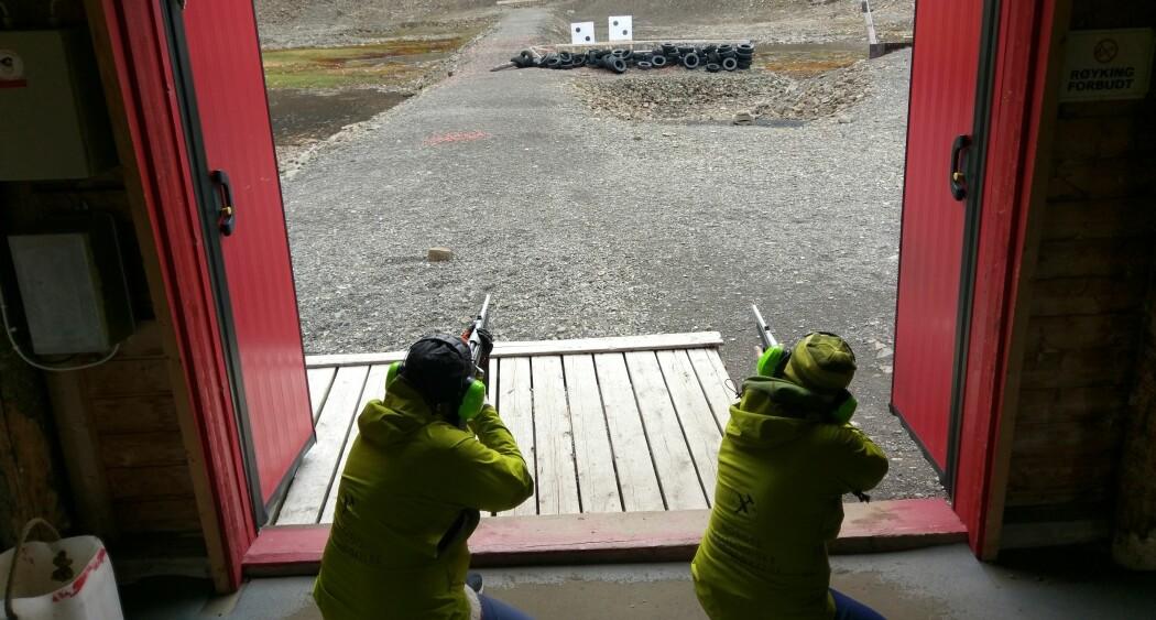 Dersom lettbåten som brukes under kartleggingen i fjordene får maskinskade slik at den strander, må de som er om bord være forberedt på å være isbjørnvakt. Før toktet ble derfor fem medarbeidere sendt på isbjørnkurs. På bildet er Lilja Rún Bjarnadóttir og Nicole Baeten (NGU) i dyp konsentrasjon på skytebanen tilhørende Svalbard jeger og fisk. (Foto: Børge Holte)