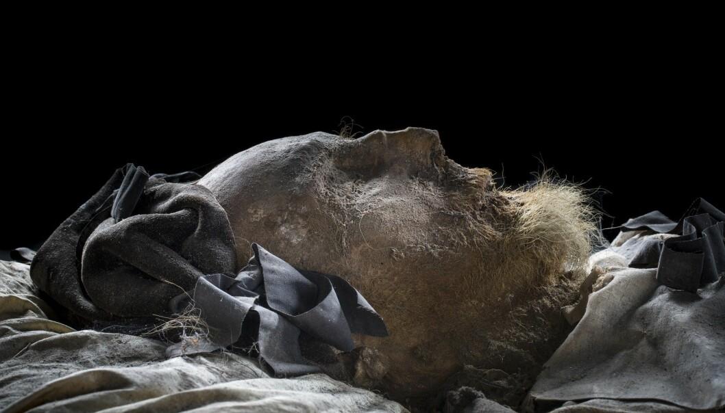 Biskopens kropp fra 1679 er svært velbevart. – Det var et spennende øyeblikk da vi åpnet kisten. Han så jo nesten ut som han sov, forteller museumsdirektør Per Karsten.  Biskopen hadde fortsatt hår og skjegg intakt, han var kledd i vakre silkeklær, og lå på en madrass av ulike planter og urter. (Foto: Historiska museet i Lund)
