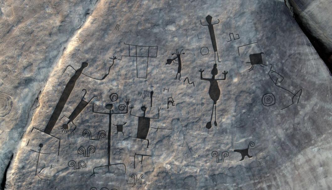 Det dukker opp både dyr, mennesker og geometriske figurer blant helleristningene i innlandet i Venezuela. Arkeologene har markert tegningene for å vise dem tydeligere. (Foto: Philip Riris)