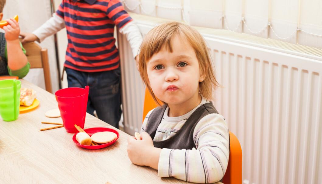 Barna bruker alle sansene når de spiser. Det kan hindre at de blir kresne på mat senere i livet, ifølge barnehageekspert. (Illustrasjonsfoto: Shutterstock / NTB Scanpix)