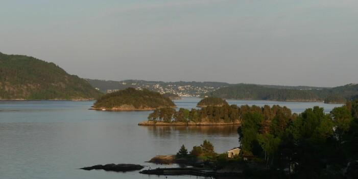Landskapsformer reflektere geologien i Vestfjorden av Oslofjorden – smeltebergarten granitt danner de kollete øyene i forgrunn mens Håøya (til venstre) og Drøbak (i bakgrunn) viser bratte skrenter som følger de gamle forkastningene. (Foto: Ane K. Engvik)