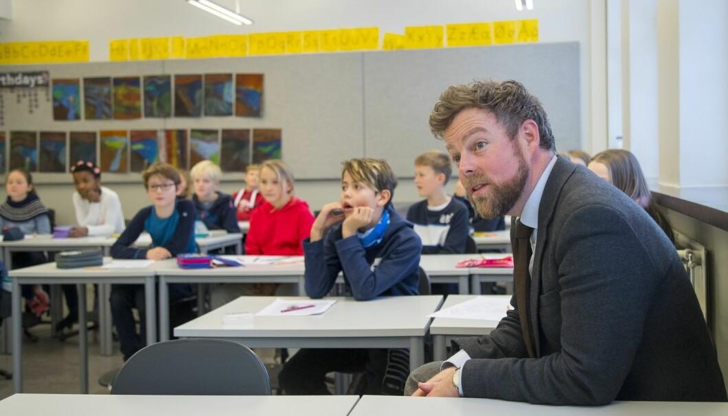 Hvor mye flere lærere betyr for elevenes læring er et spørsmål som har blitt belyst i mange forskningsprosjekter internasjonalt. Problemet er bare at denne forskningen spriker i alle retninger. Her er kunnskapsminister Torbjørn Røe Isaksen på besøk i en klasse i Oslo. (Foto: Heiko Junge, NTB scanpix)