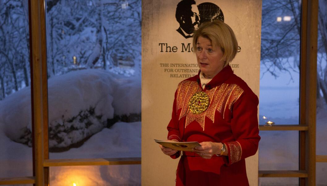 Rektor Anne Husebekk kunngjorde vinnerne av Mohnprisen tirsdag i Árdna – universitetet samiske kulturhus. (Foto: Mathilde Torsøe)
