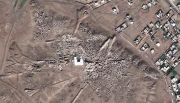 Oldtidsbyen Mari i januar 2017. Alle hullene du ser har sannsynligvis blitt gravd opp for å lete etter arkeologiske gjenstander. Du kan se hvordan det så ut før lengre ned i saken. (Bilde: DigitalGlobe 2017/CC BY)