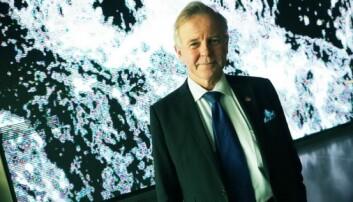 Rektor Ole Petter Ottersen ved Karolinska Institutet framfor kunstverket i foajeen i Aula Medica. (Foto: Ola Sæther)