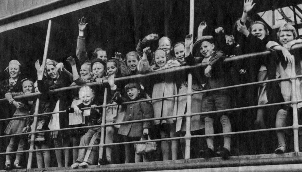 Finske krigsbarn vinker fra skipet Arcturus, på vei til Sverige i juni 1941. I ettertid har det vist seg at disse barna oftere ble innlagt med psykisk sykdom senere i livet. Og ikke nok med det. Også deres egne barn har høyere risiko for alvorlig psykisk sykdom.  (Ukjent fotograf, bildet er tilgjengeliggjort av Wikimedia Commons)
