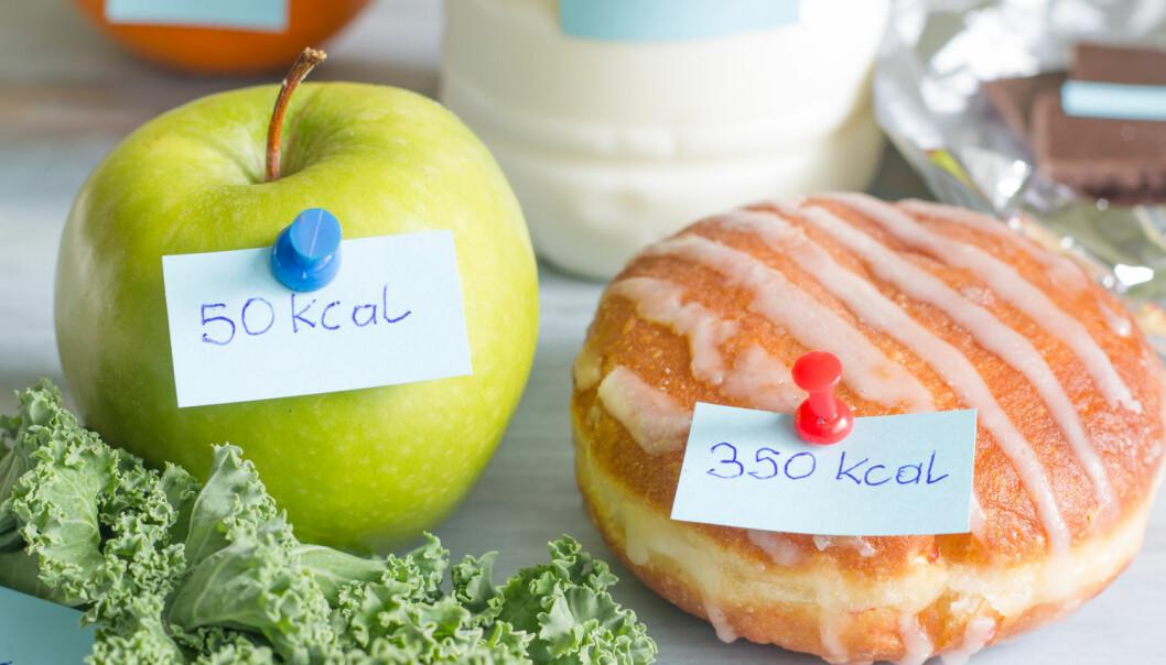 Hvis kaloriinnholdet sto på menyen, ville du da velge frukt eller kake?  (Foto: udra11 / Shutterstock / NTB scanpix)