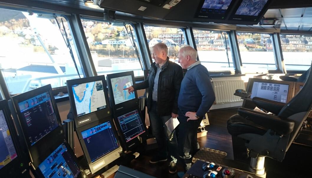 Skipper Karl Otto Risbakk studerer MAREANO-kart sammen med NGU-forsker Oddvar Longva på broa på «Atlantic Viking». (Foto: NGU)