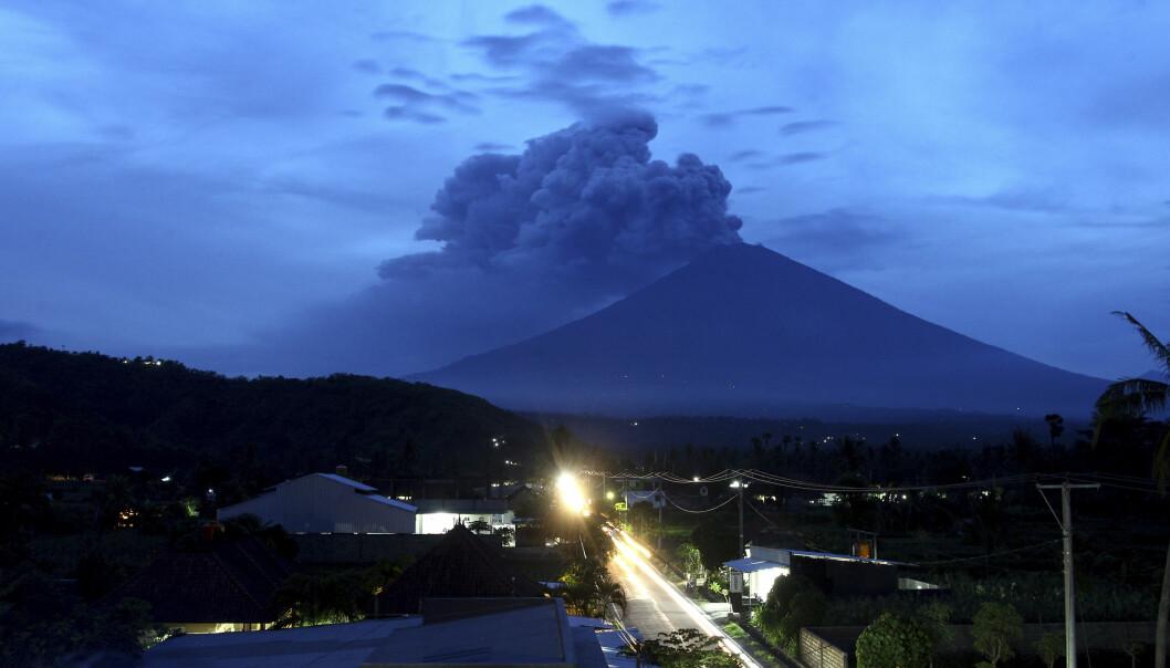 Røyk stiger opp fra vulkanen Agung på Bali tirsdag. (Foto: AP, NTB scanpix)