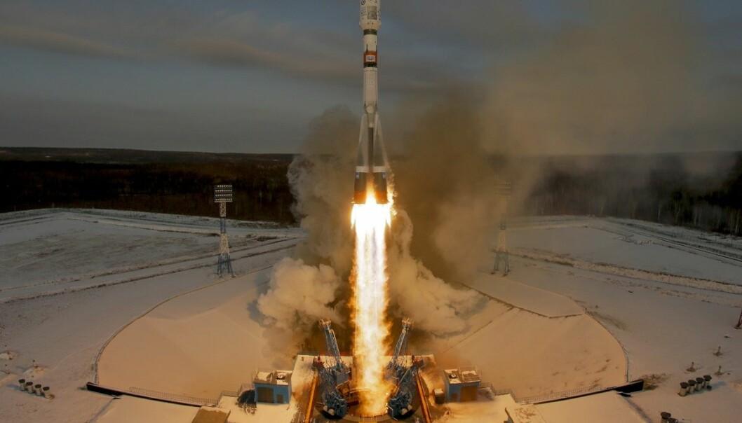 En russisk Sojuz-rakett sendte en værsatellitt og 18 småsatellitter ut i bane tirsdag. Senere samme dag kom meldingen om at russiske myndigheter ikke fikk kontakt med værsatellitten. (Foto: Dmitri Lovetsky, AP, NTB scanpix)