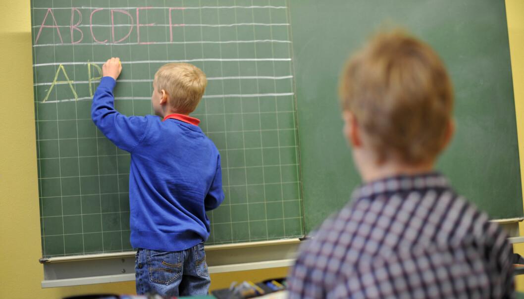 ABC, så lett som bare D? Det er ikke fullt så enkelt som barnesangen skal ha det til, mener forsker. Hun bekymrer seg for trenden med raskere introduksjon av bokstaver for førsteklassinger. (Foto: Frank May / NTB scanpix)