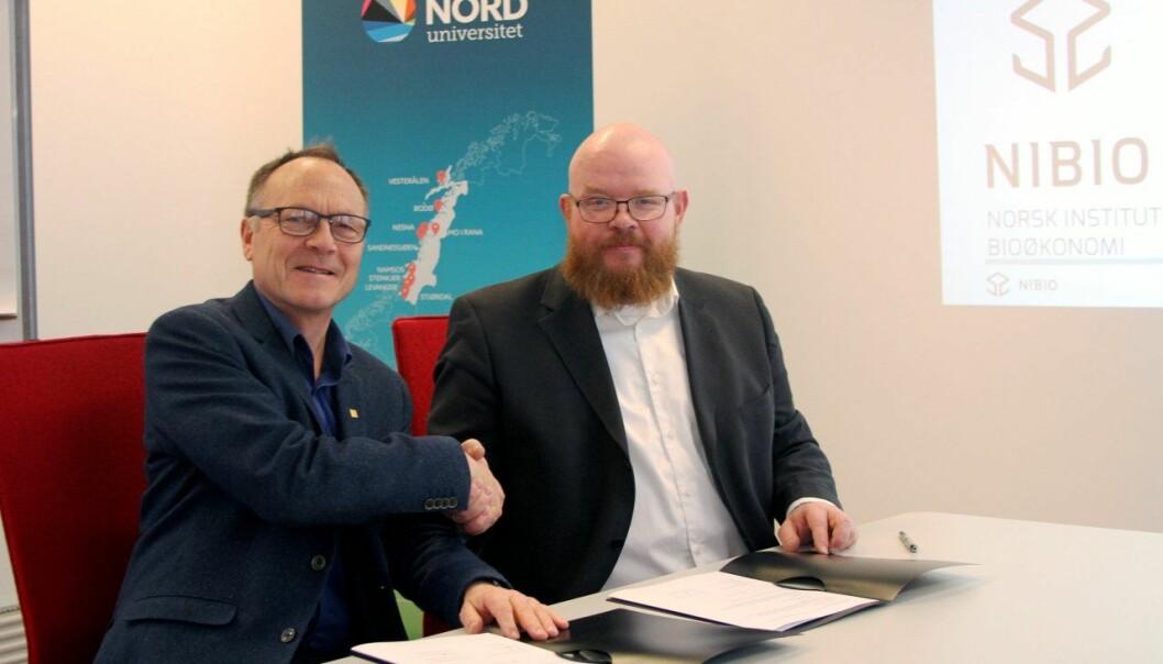 Divisjonsdirektør Arne Hermansen fra NIBIO og dekan Ketil Eiane fra Nord universitet signerer avtalen om utvikle en algenæring i nord.  (Foto: Per Jarl Elle)
