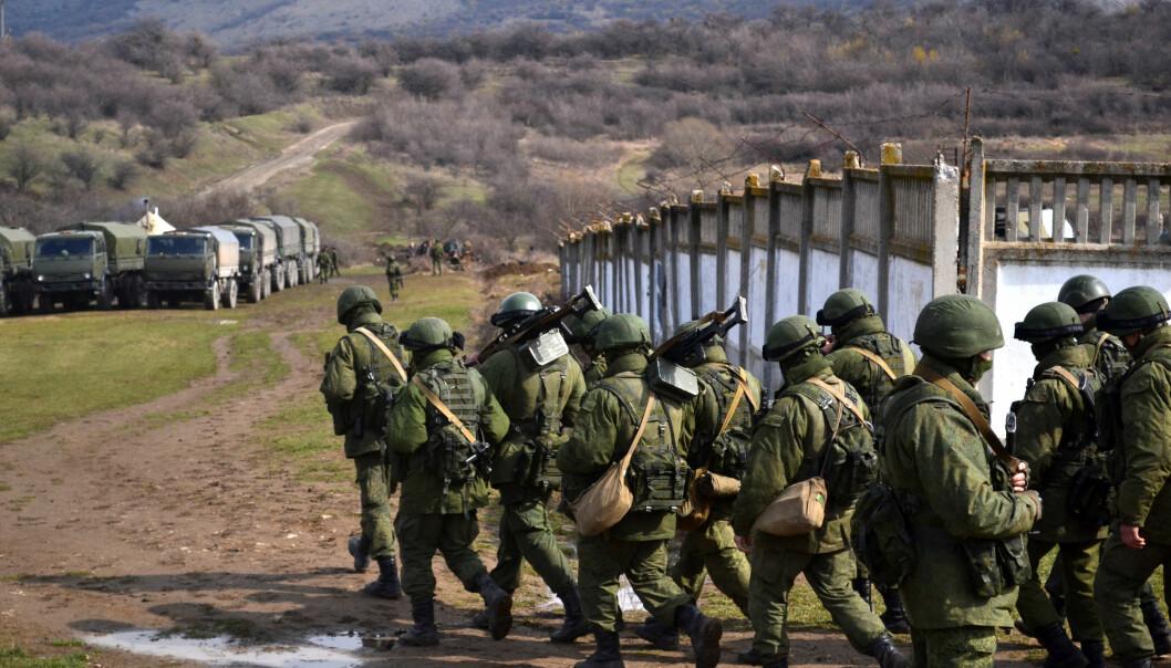 De siste ti årene har Russland nesten doblet sitt forsvarsbudsjett. Hva betyr det for Norge? Her er soldater uten militære kjennetegn som beleirer en Ukrainsk grensebase nær byen Perevalne på Krim mars 2014. (Foto: Anton Holoborodko/ Wikimedia commons)