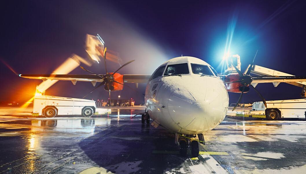 Avisningsvæsker forhindrer is og snøoppbygging på fly, men det er ikke et mulig alternativ for andre konstruksjoner, som vindturbiner eller overføringslinjer. (Foto: Colourbox)