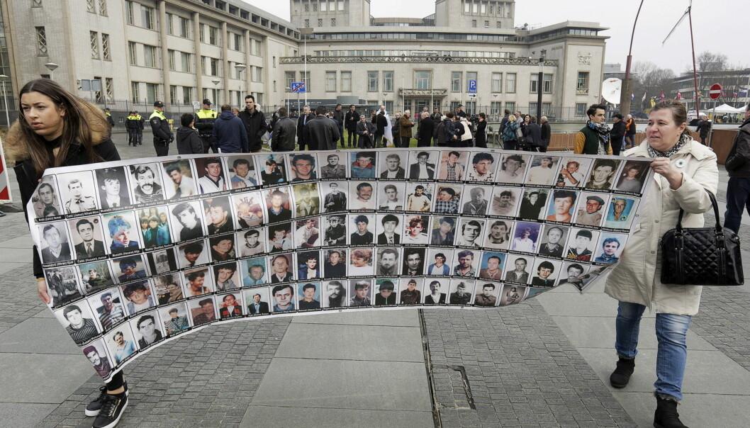 Den 24. mars 2016 ble Radovan Karadzic funnet skyldig i folkemord, forbrytelser mot menneskeheten og krigsforbrytelser av Det internasjonale krigsforbrytertribunalet for det tidligere Jugoslavia. Bildet viser overlevende og familiemedlemmer som demonstrerer i Haag. (Foto: Reuters / NTB Scanpix)