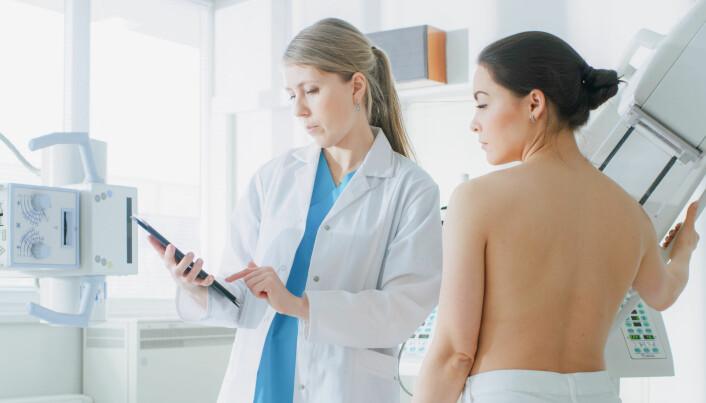 Brystkreftscreening er et omdiskutert emne, for det kan være vanskelig å vurdere kreft i tidlige stadier. Sundhedsstyrelsen holder imidlertid fast i at det er flere fordeler enn ulemper ved screeningen. (Foto: Gorodenkoff / Shutterstock / NTB scanpix)