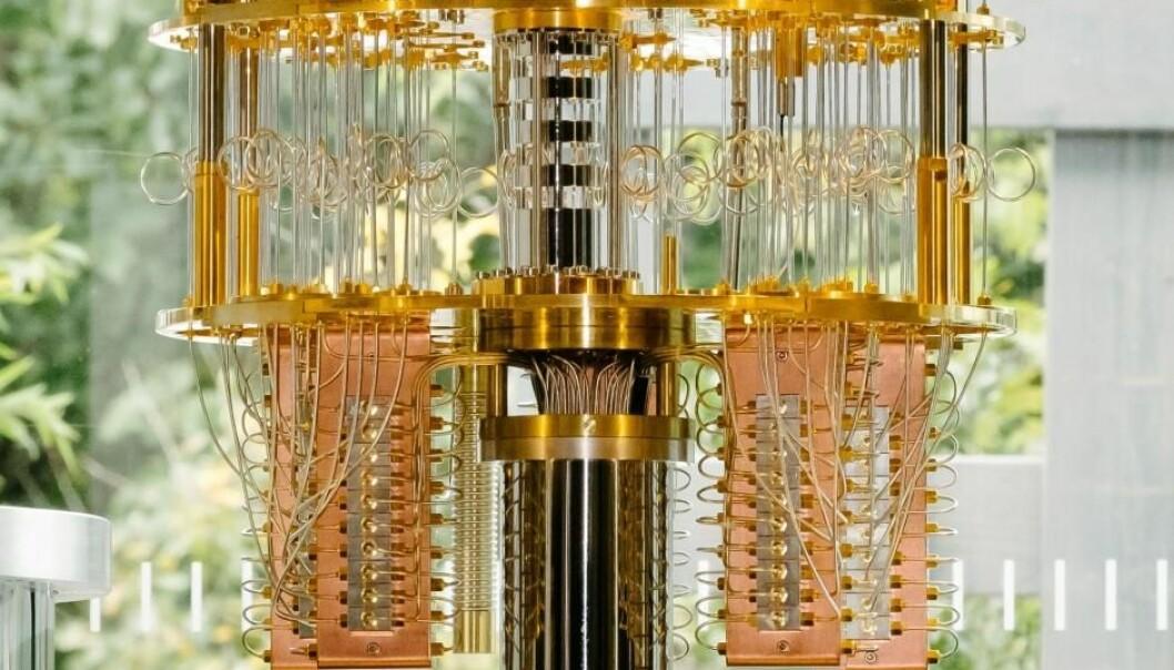 IBMs nye kvantedatamaskin fungerer bare når den er kjølt ned til noen få hundredeler av en grad over det absolutte nullpunktet, ved minus 273,15 °C. Her ser vi datamaskinen før den havner i dypfryseren.  (Foto: IBM)