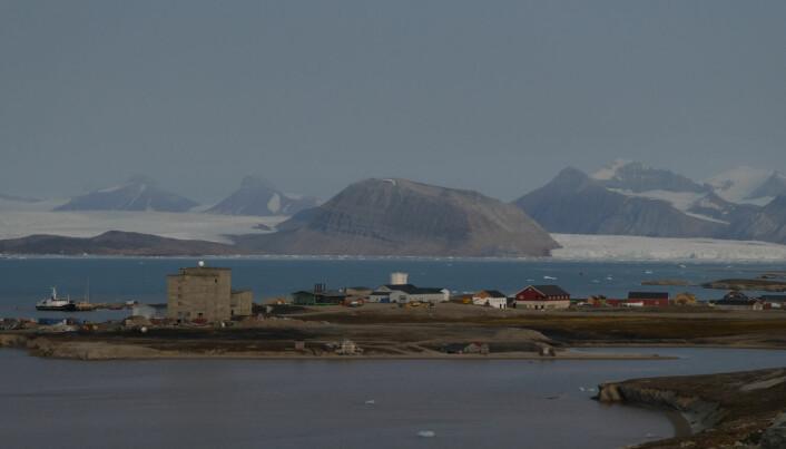 Ny-Ålesund på Svalbard er en av verdens nordligste bosetninger. Den tidligere gruvebyen er omgitt av fjell og isbreer. (Foto: Siri Lie Olsen)
