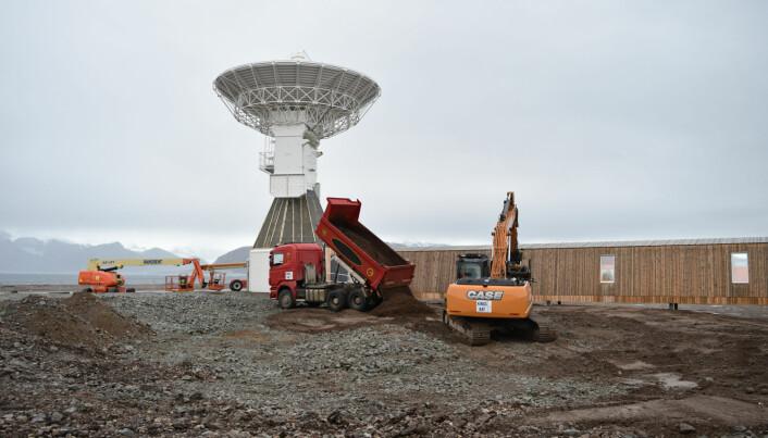 Bygging av jordobservatoriet er et stort prosjekt med mye store maskiner, pukk og stein som skulle flyttes rundt. Her er byggingen ferdig og jorda som var tatt vare på i byggefasen tippes tilbake rundt bygningen. (Foto: Dagmar Hagen)