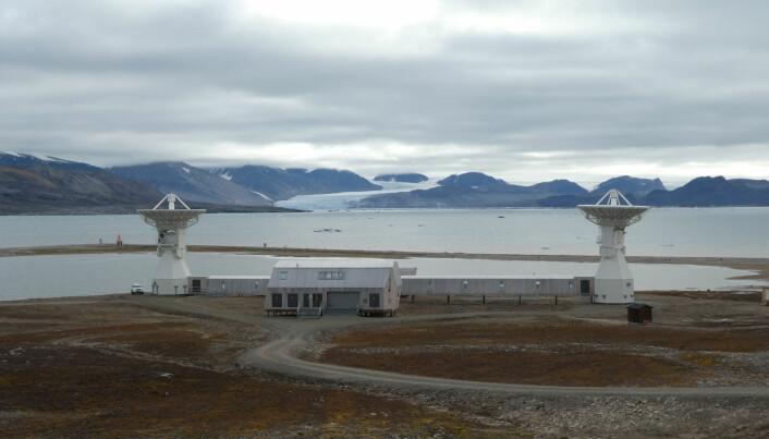 Det nye jordobservatoriet til Kartverket i Ny-Ålesund er ferdig bygd og ble offisielt åpnet i juni 2018. Etter en testperiode skal den gamle antenna snart slukkes og disse to nye ta over kommunikasjonen med verdensrommet. (Foto: Siri Lie Olsen)